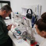 Serwisowanie aparatów słuchowych z wykorzystaniem urządzenia do próżniowego czyszenia i osuszania aparatów