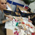 Słuchaczki kierunku technik usług kosmetycznych w Gdańsku podczas zajęć z chemii kosmetyków