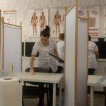 Uczennice kierunku higienistka stomatologiczna wypełniają dokumentację medyczną