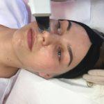 Słuchacze I roku kierunku technik usług kosmetycznych na zajęciach praktycznych