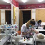 Uczniowie kierunku technik usług kosmetycznych wykonują pedicure